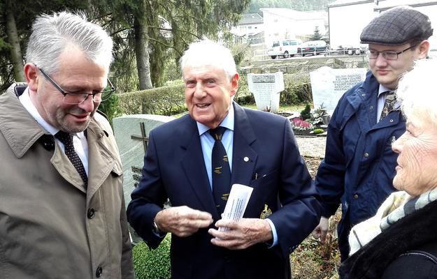 MdB Alois Gehrig (links) im Gespräch mit Walter Jaegele (Mitte) und dem Vertreter der örtlichen Tageszeitung Adrian Brosch. (Bild: Bernd Seitz)