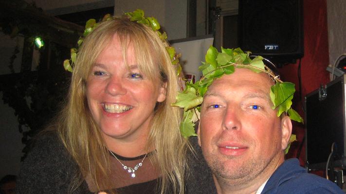 Zu unserer Überraschung gab es im Bierland ein Weinfest. Unsere Weinkönigin und unseren Weinkönig haben wir gleich mitgebracht. (Bild: Rainer Weiß)