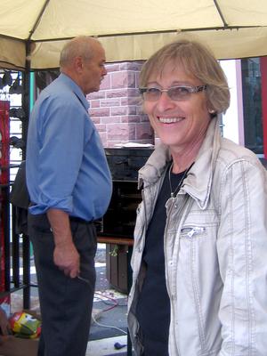 Auch Herbert Kilian unterstützte mit seiner Frau die drei Bäcker bei der Ausgabe des Blaatz.