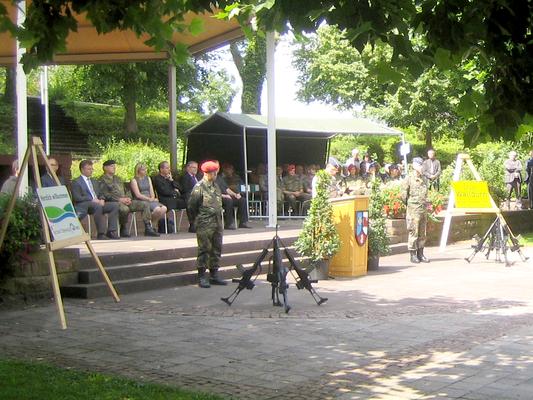 Bei strahlendem Sonnenschein war viel Prominenz beim Appell zu Gast. Am Mikrofon: der Kommandeur des Logistikkommandos der Bundeswehr Generalmajor Hans-Erich Antoni aus Erfurt. (Bild: R. Weiß)