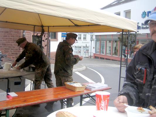 Die Reservisten sind bereit zur Ausgabe des Eintopf.