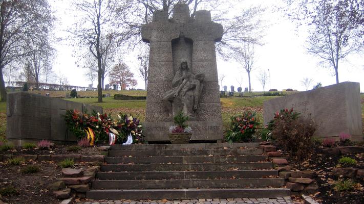 Auf dem Walldürner Friedhof fand eine Feierstunde zum Volkstrauertag statt. Das Bild steht stellvertretend für die Feiern, die im Kreis stattfanden. (Bild: Rainer Weiß)