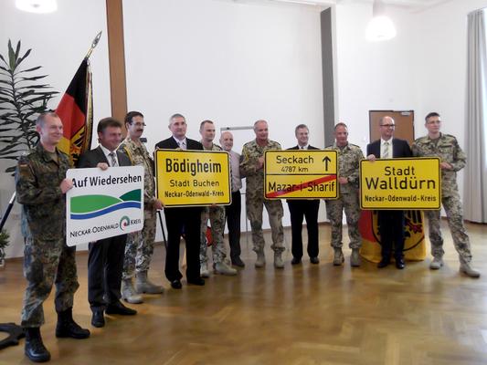 Oberstleutnant Wilke (rechts außen) gibt an den Landrat des Neckar-Odenwaldkreises die Vertreter der Patengemeinden und dem Bürgermeister der Stadt Walldürn die   Ortstafeln, die im Feldlager aufgestellt waren, zurück. (Bild: G. Teßmer)