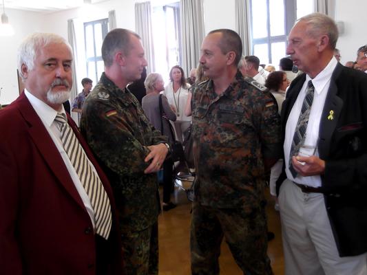 Gerd Teßmer (links), Oberfeldwebel d.R. Markus Gessler (zweiter von rechts) und Ehrenvorsitzender der Kreisgruppe Rhein-Neckar-Odenwald Oberstleutnat a.D./d.R. Karl-Heinz Flach (rechts) im Gespräch. (Bild: R. Weiß)