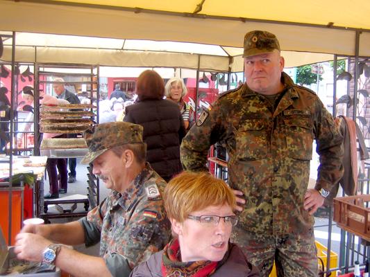 Nun arbeitet Markus Gesller (links) an der Kasse und Thorsten Ottino an der Eintopf-Ausgabe