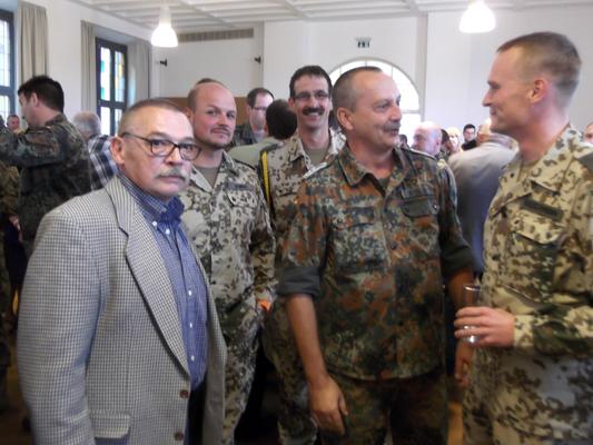Der Kreisorganisationsleiter Jürgen Hack (links), Markus Gessler (Mitte) und Oberstleutnant Dietzmann im Gespräch. (Bild: R. Weiß)