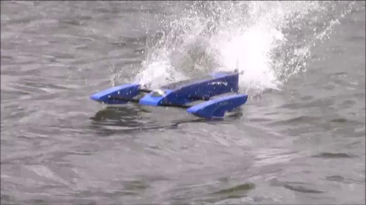 ist die Gischt vom Hydro-Antrieb gut zu sehen