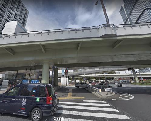 赤坂見附駅改札を出てエスカレータで地上へ上がり、左側の通りに出て左に進むと高速道路が見えます。