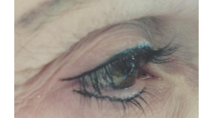 Das Auge wirkt fröhlicher und größer durch eine leicht nach oben gezogene lidstrichlinie. Dem altersbedingten Absinken des Augenwinkels und des Oberlids kann somit optisch entgegengewirkt werden.