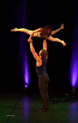 Tanz-Akrobatik Show Act Hoher Flieger einarmig