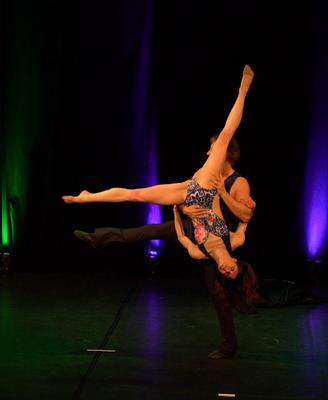 Tanz-Akrobatik Show Act Rad über die Schulter