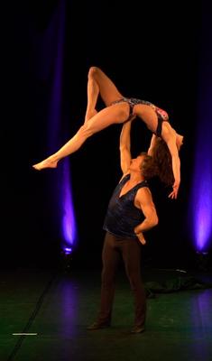Tanz-Akrobatik Show Act Toter Vogel