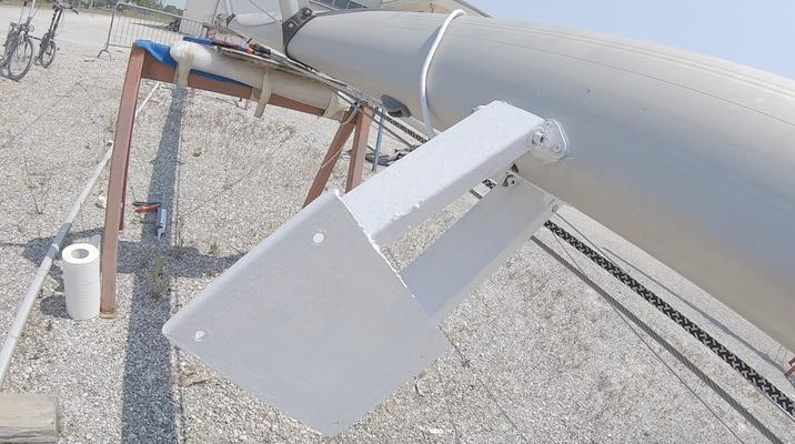 selbstgebaute Radarhalterung am Mast montiert