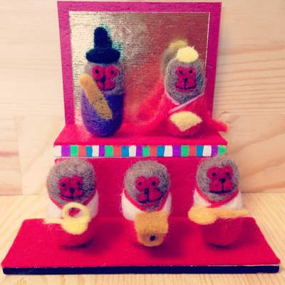 3月のおサル、「ひな祭りザル お内裏お雛三人官女セット」5000円/1匹。