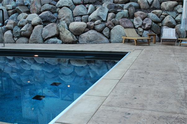 11 Bordo piscina / Roccia naturale