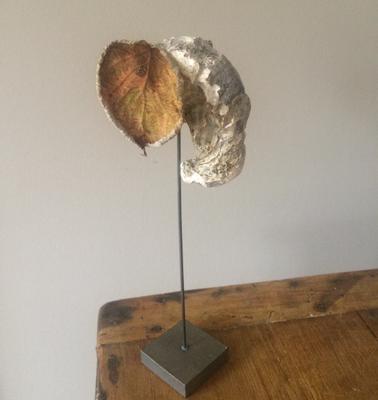 Olifant: oesterschelp, beukenblad, metalen voet