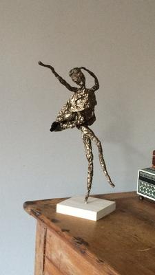 Dansen aan zee: ijzerdraad, aluminiumfolie, bronsverf, beukenhout