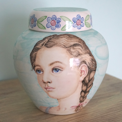handbemalte-urne-mit-portrait-urne-urn-with-portrait-urnen-Portrait-urns-Handcrafted-urns-unique-urns-special-urns-child-cremation-urns-child-urns-for-ashes-uk-maatwerk-urnen-speciale-urnen-bijzondere-urnen-handpainted-urns-artistic-urns-for-ashes-child
