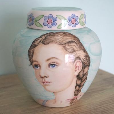 Unieke-Kinder-urn-met-portret-Kinderurnen-Kinderurn-handbeschilderde-Urn-voor-kind-bijzondere-urn-exclusieve-urn-laten-beschilderen-mooie-urn-persoonlijke-urn-laten-maken-unieke-urn-handbeschilderde-urnen-handgeschilderde-urnen-kind