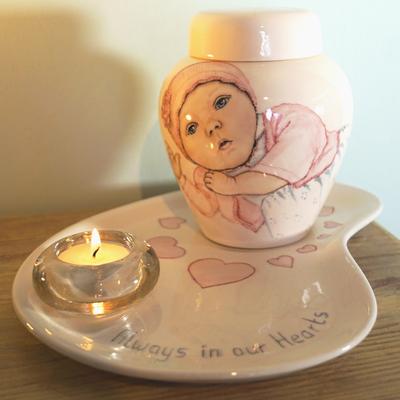 Unieke-handbeschilderde-urnen-baby-urnen-handbeschilderde-Kinderurnen-baby-urn-met-Portret-urn-voor-kind-handgeschilderde-urnen-Bijzondere-urnen-Maatwerk-Urn-Persoonlijke-Urnen-maatwerk-urnen-persoonlijke-Urn-laten-maken-urn-kind-Urn-laten-beschilderen