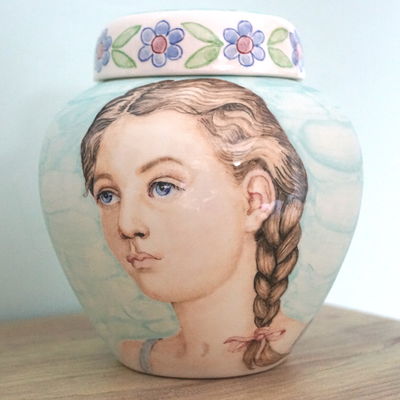 persoonlijke-urn-met-portret-urn-portret-urnen-bijzondere-urn-bijzondere-urnen-hand-gemaakte-urnen-hand-gemaakte-urn-persoonlijke-urnen-unieke-urnen-eenmalige-urnen-speciale-urn-speciale-urnen-hand-beschilderde-urn-hand-beschilderde-urnen-eenmalige-urn
