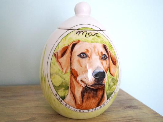 Handbeschilderde-dierenurnen-handgeschilderde-dierenurnen-urn-voor-hond-urnen-voor-huisdieren-handgemaakte-urnen-maatwerk-urnen-voor-dieren-urnen-dieren-unieke-hondenurnen-honden-urnen-keramiek-Phebe-portret-urnen-voor-hond-bijzondere-urnen-urn-hond