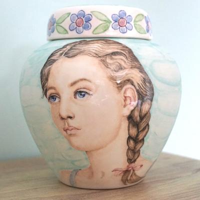 Unieke-Handbeschilderde-urnen-Gepersonaliseerde-urn-met-Portret-urn-Bijzondere-urnen-Maatwerk-Urnen-Persoonlijke-Urn-laten-maken-Handgemaakte-Urnen-Urn-laten-beschilderen-Speciale-Urnen-handgeschilderde-Kinderurnen-Exclusieve-Urnen-speciale-urn-voor-kind