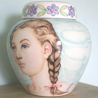 Unieke-Handbeschilderde-urnen-Gepersonaliseerde-urn-met-Portret-urn-Bijzondere-urnen-Maatwerk-Urn-Persoonlijke-Urnen-Handgemaakte-Urnen-persoonlijke-Urn-laten-maken-Urn-laten-beschilderen-Speciale-Urnen-Originele-Urnen-handgeschilderde-kinderurn