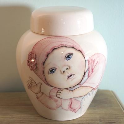 Unieke-handbeschilderde-urnen-baby-urnen-handbeschilderde-Kinderurnen-baby-urn-met-Portret-urn-voor-kind-kleine-urn-voor-thuis-Bijzondere-urnen-Maatwerk-Urn-Persoonlijke-Urn-Handgemaakte-Urnen-persoonlijke-Urn-laten-maken-urn-kind-Urn-laten-beschilderen