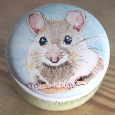 Phebe-Portret-Urnen-Asdoosje-Asdoosjes-Asbewaardoosje-Asbewaardoosjes-Mini-urn-laten-maken-mini-urnen-koesterdoosje-maatwerk-urn-handbeschilderde-asdoosjes-handgeschilderd-asdoosje-laten-beschilderen-bijzondere-asdoosjes-kleine-urn-voor-thuis