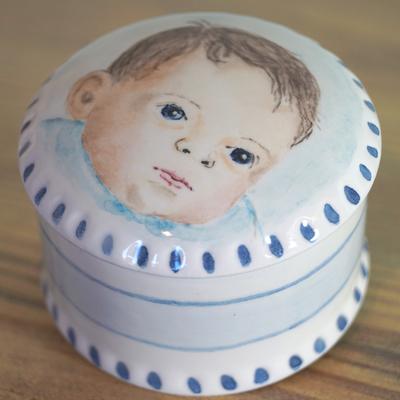 Phebe-Portret-Urnen-handbeschilderd-Asdoosje-handbeschilderde-Asdoosjes-Asbewaardoosje-Asbewaardoosjes-Mini-urn-laten-maken-mini-urnen-koesterdoosje-maatwerk-urnen-handgeschilderd-asdoosje-laten-beschilderen-bijzondere-asdoosjes-kinderurnen-kinder-urnen