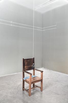 """Foto: Vinko Nino Jaeger, 2019 ©  Sesselskulptur mit Sprachnachricht """"Stephan*ie Hollenstein und Kamerad*innen"""""""