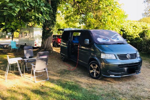 Hitzeschutz und Verdunkelung für den T5 beim Camping mit Familie