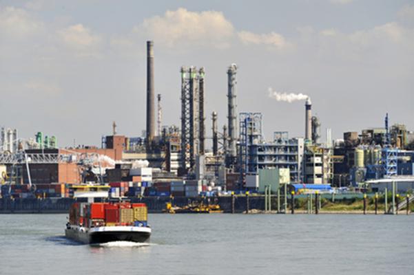 Der Rhein mit der Bayer AG, Leverkusen