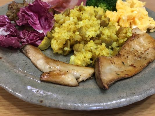 エリンギと菊芋にハーブソルトとオリーブオイルを絡めてソテーに。牛蒡ライスにもターメリック等のスパイスと一緒にハーブソルトを。