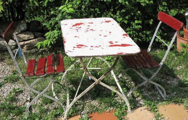 € 250,00 – Klapptisch, farblich homogene Gruppe mit Tisch und zwei Stühlen
