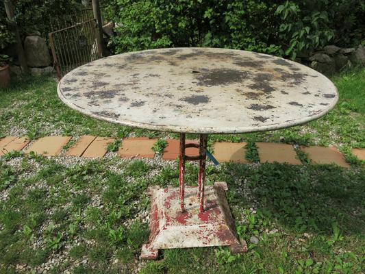 € 180,00 – maasiver Eisentisch, Durchm. 95 cm, sehr schöne Patina