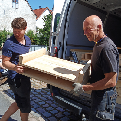 Juni 2020 – Die Pflanzkästen-Module werden aus dem Transporter getragen.