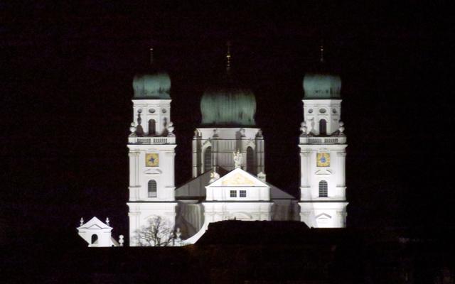 Der Stephansdom bei Nacht aus unserem Wohnzimmer