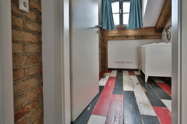 Vintage Eichendielen in weiß, anthrazit und rot im Kinderzimmer