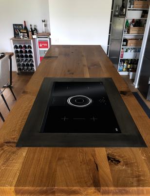 Küchenarbeitsplatte in Asteiche, 7 cm Stärke, eingelassenes Kochfeld und Spritzschutz aus Stahl, Risse und Äste mit Epoxydharz (transparent) ausgegoßen