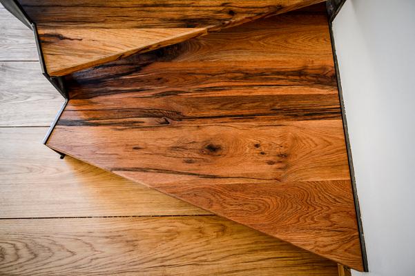 Treppenstufen in unserem Altholz Eiche aus recycelten Eichenbalken, dunklere & rustikalere Sortierung