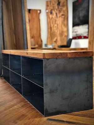 Sideboard, Abdeckplatte in Altholz Eiche, Alteiche aus recycelten Eichenbalken, Korpus aus Stahlblech mit authentischer Zunderschicht