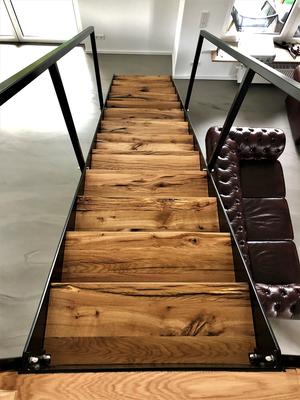 Stahlwangentreppe mit eingelegten Stufen, Treppenstufen in Altholz Eiche aus recycelten Eichenbalken, Äste und Risse mit Epoxydharz (transparent)