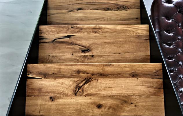 Stahlwangentreppe mit eingelegten Stufen, Treppenstufen in unserem Altholz Eiche aus recycelten Eichenbalken, hellere & cleanere Sortierung