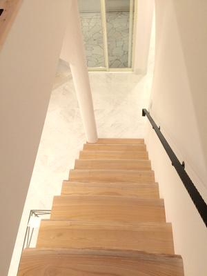 プロバンス住宅 階段 無垢板の踏板にアイアンの手すり