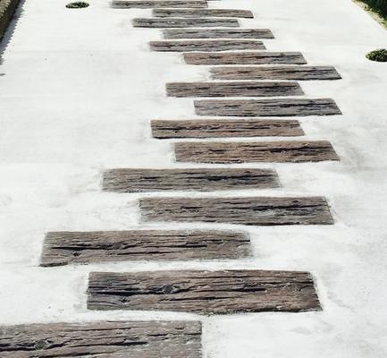 小道のある駐車スペース コンクリート枕木のステップ