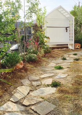 シーティングアーバーのある庭 アプローチは自然石で少しカーブを