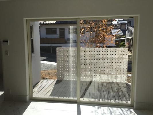 プロバンス住宅 室内から見える目隠しブロック