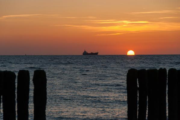 Hier war ich zur richtigen Zeit am richtigen Ort, aber 10 Minuten später wäre die Sonne  verschwunden gewesen … also immer schon vorher ein paar Fotos, ehe die Sonne das Meer berührt